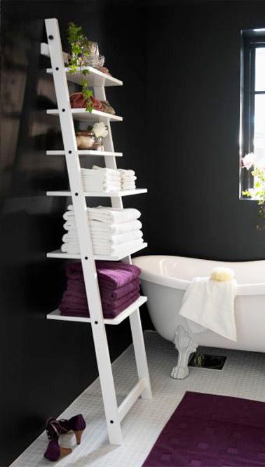 ¡La escalera como estante es la solución para ahorrar espacio que combina estética y almacenamiento adicional en un baño pequeño!