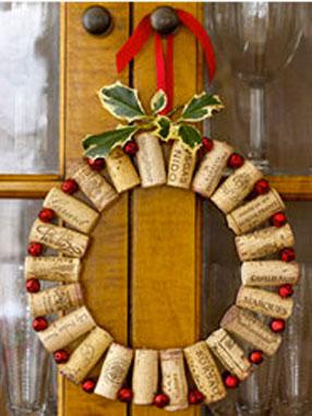 Una original idea de corona de bienvenida para celebrar la Navidad desde la puerta de entrada