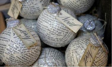 Una buena idea para renovar las bolas de Navidad del año pasado, vestirlas con papel de periódico barnizado y purpurina.