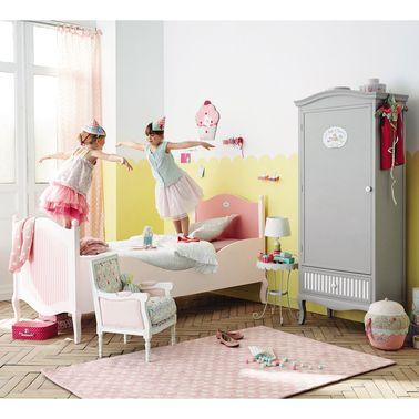 Este dormitorio de princesa pastelera está subrayado por una base amarilla y equipado con un armario gris Maisons du Monde que rompe el lado de la caja de dulces y evita el total rosa.