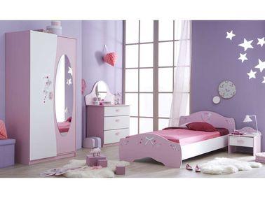 Para un dormitorio de estilo princesa, elija muebles de niña pero no descuide los detalles: pintura pastel, adhesivos de pared, alfombras de piel sintética, etc.