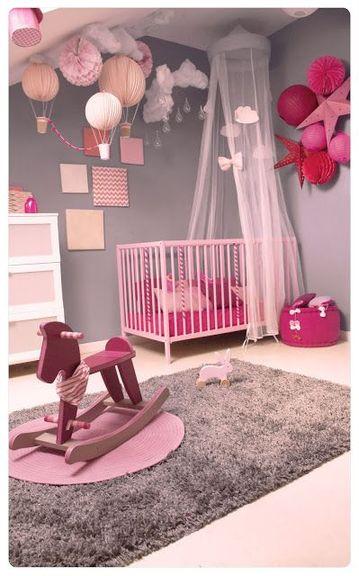 Otro ejemplo de pared gris que suaviza y evita la pesadez de la decoración en esta habitación de bebé princesa.  La alfombra de pelo alto recuerda al gris para mayor consistencia.