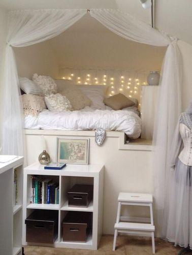 Las cortinas y los toldos crean un ambiente íntimo en un dormitorio de princesa de diseño.  ¡Una barra simple y dos cortinas, eso es todo lo que necesitas para esta decoración de bricolaje!