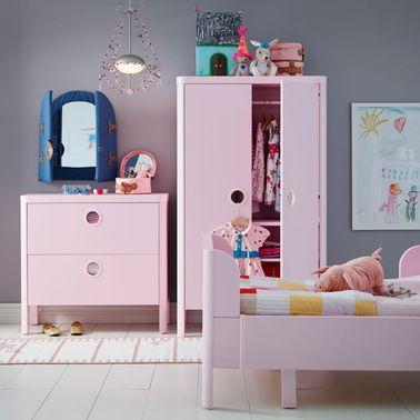 Un dormitorio princesa Ikea sobrio y moderno a pesar de todos los muebles de color rosa pero sin pesadez: el suelo de parquet blanco y la pared pintada de gris evitan la falta de gusto.