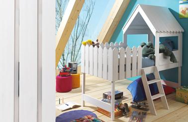 Una cama de cabina para niños elevada con acceso por una escalera de 3 peldaños.  las pequeñas barreras alrededor del somier garantizan la seguridad del niño