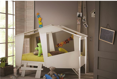 Lindo para romper esta cama para niños a partir de 5 años en forma de cabaña con fácil acceso a través de las grandes aberturas y su pequeña escalera con un escalón.  en Pero