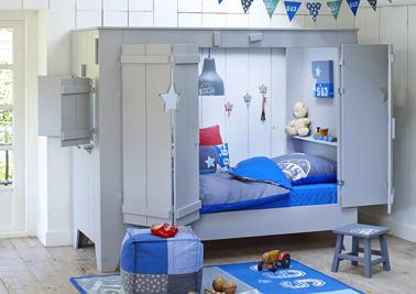 Como una casita de verdad, un camarote para niños con su ventana y dos grandes puertas que el niño puede cerrar a voluntad para jugar en su habitación.  Encima del colchón, una mesita de noche muy práctica para colocar tu luz de noche y peluches dentro de la cabina