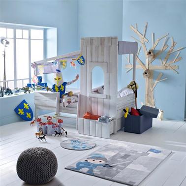 La cabaña se convierte en un castillo fortificado para esta cama infantil amante de la aventura.  La parte superior de la cama en pino gris claro está cubierta con una lona de tela de algodón gris