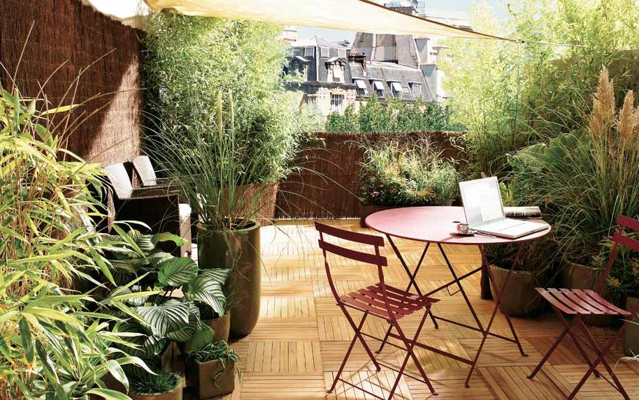 brezo brezo para cerrar el área del balcón, decoración con jarra de barro, mesa y sillas de jardín pintadas de rosa