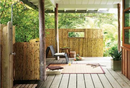 decoración de terraza de estilo colonial con canisse banbou, alfombra y ducha al aire libre