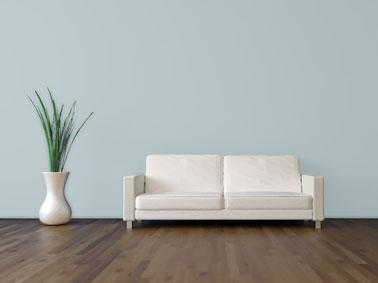 Antes de pintar una pared de color oscuro con una pintura de color claro, es imperativo aplicar una capa de fondo ultra-cubriente