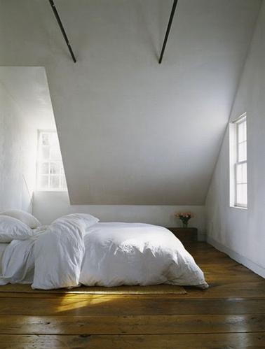 Minimalista y zen, dormitorio principal bajo el techo con pintura blanca mate, techo pintado en gris perla y parquet de roble claro encerado cálido