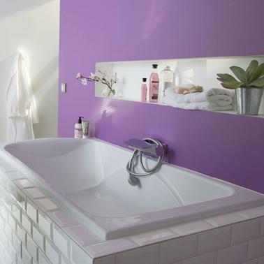Pintura de baño de color violeta y blanco para una atmósfera estimulante