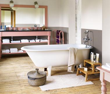 Pintura de lino y taupe para renovar un baño rústico.  Consola de madera pintada en rosa Malice de Dulux Valentine
