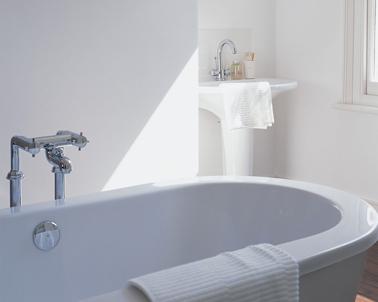 Resalte el blanco puro de la pintura del baño con sanitarios de estilo contemporáneo.  Bañera color hammam.