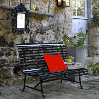 Banco de jardín en terraza de metal lacado negro en el jardín de la masía provenzal