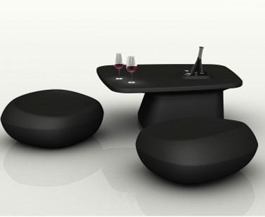 Puf de jardín con forma de guijarro y mesa de centro a juego en negro también disponible en rojo