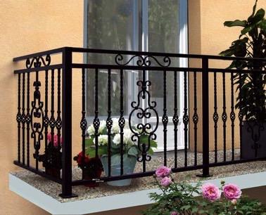 Ambiente romántico garantizado en este magnífico balcón amueblado con una barandilla de hierro forjado negro que aporta encanto y elegancia a la decoración exterior.