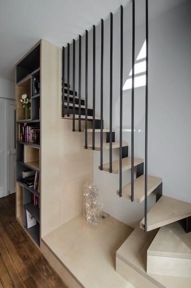 En madera clara y dinamizada por una moderna barandilla gris y original, la decoración interior no carece de estilo a la vez que garantiza la seguridad en las escaleras.