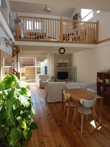 ¡La barandilla de madera del entrepiso completa brillantemente esta decoración interior ultra luminosa y bonita y combina perfectamente con los pisos flotantes!