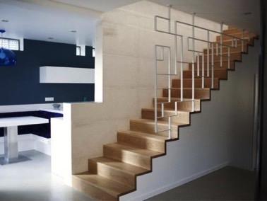 Modernidad y diseño se unen en la decoración gracias a una barandilla blanca con líneas de diseño.  ¡Escaleras a las que no les falta originalidad!