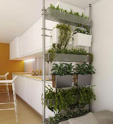 Original y práctico para una cocina abierta que separa una habitación con la sala de estar hecha de maceteros fijados sobre una estructura de metal ligero.