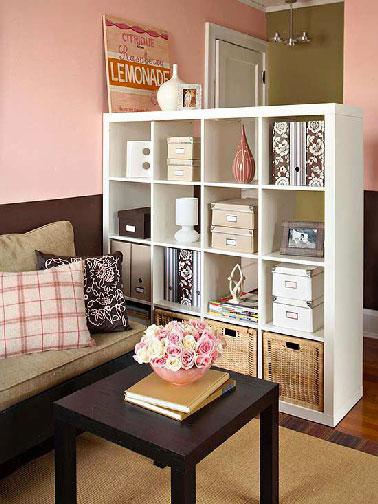 Una estantería abierta como separación para crear un pasillo cuando la entrada al apartamento se abre directamente a la sala de estar.