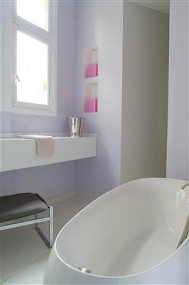 Baño lila violeta con lavabo y bañera de diseño blanco antiguo.  Pintura Tollens