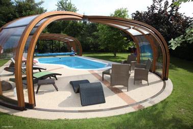 Para enfatizar la elegancia de su exterior y beneficiarse de una agradable temperatura del agua de la piscina, le presentamos una práctica y decorativa cubierta de madera para piscina.