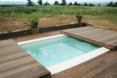 Ofreciendo una terraza de madera cuando está cerrada, esta cubierta de piscina deslizante de ultra diseño le permite calentar el agua y maximizar el espacio exterior.