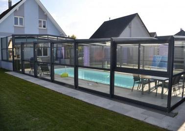 Para una piscina abierta al exterior cuando lo desee, la cubierta de piscina telescópica es un gran aliado para mantener una temperatura agradable del agua durante todo el año.