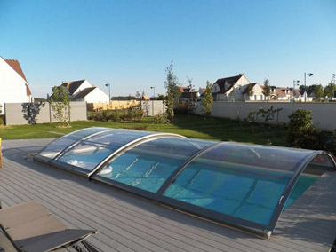 ¡Aquí hay una cubierta de piscina que calentará el agua para nadar en la cima!  Un refugio deslizante bajo de súper diseño que se combinará con la decoración exterior.