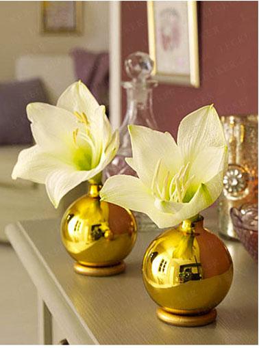 Para la decoración de la mesa navideña, un jarrón elaborado con bolas doradas y anillos de spray dorados.