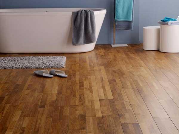 Un baño decorativo Zen con este parquet de teca veneciano especial para cuartos húmedos.  Biselado en los 4 lados, parece más auténtico y le da carácter a la habitación.