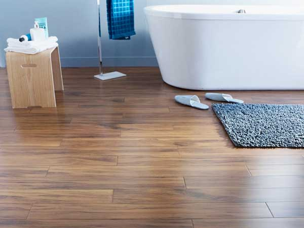 Parquet de bambú para el toque decorativo del baño moderno.  Combina perfectamente con la bañera independiente de diseño y las paredes en color de pintura blanca