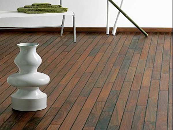 Decoración moderna con parquet de baño mutenye.  Sus tonos marrón oscuro son perfectos con una bañera independiente y muebles de diseño.