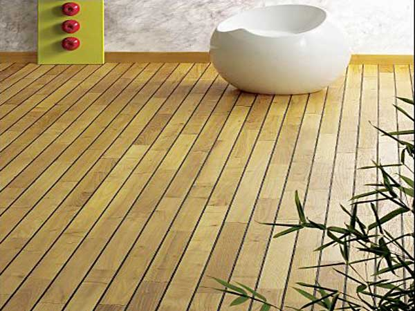 Baño Cocoon con parquet de acacia.  Los tonos suaves de esta madera iluminan la pared revestida con papel tapiz de imitación mármol y suavizan el ambiente