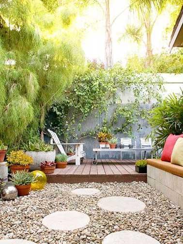 Terraza dispuesta en dos partes.  Zona de relajación para la terraza elevada de teca con tumbonas y zona de jardín zen con escalones japoneses sobre un macizo de flores de guijarros.