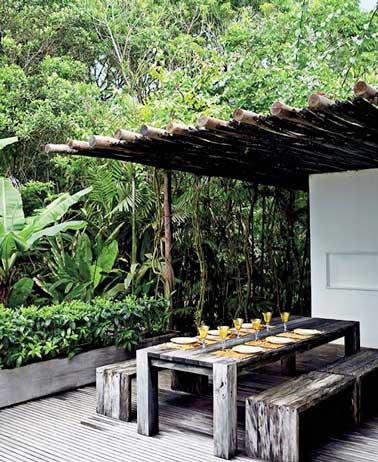 Pérgola rodin de madera y mesa de palet en una terraza