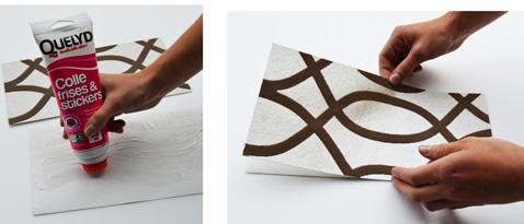 Para hacer su árbol de Navidad, comience cortando 2 pedazos de papel tapiz y pegamento de la parte posterior