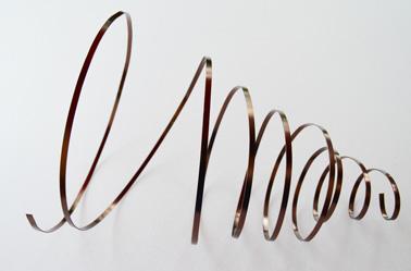 Desenrolle con cuidado la cinta de metal plana para formar la espiral del árbol.