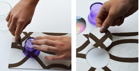 Dibuja las bolas de Navidad en el papel tapiz con vasos de diferentes diámetros y luego recorta los contornos