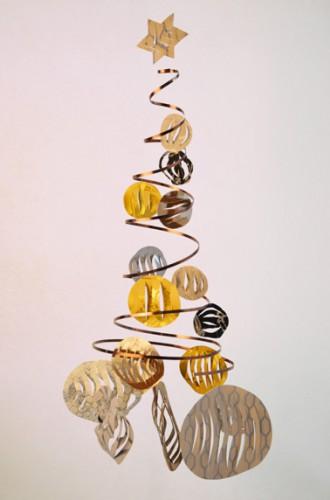 La fabricación de su árbol de Navidad está terminada.  Todo lo que tienes que hacer es colgarlo en la sala de estar o encima de la mesa del comedor.