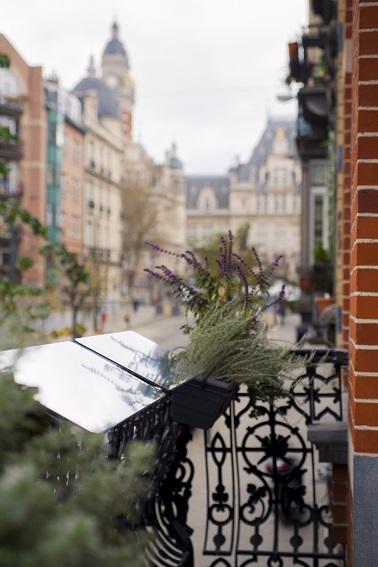 Los balcones, logias y otras terrazas también pueden tener sus reflectores de luz.  El dispositivo se adapta tanto a ventanas como a balaustradas de todo tipo.  ¡Un consejo práctico para apartamentos oscuros!