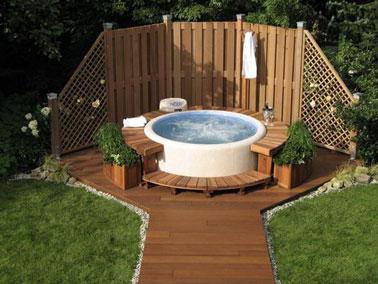 Un programa de relajación se lleva a cabo alrededor de la piscina sobre el suelo al final de un hermoso sendero del jardín y rodeado por un banco de jardín de teca ultra cómodo.