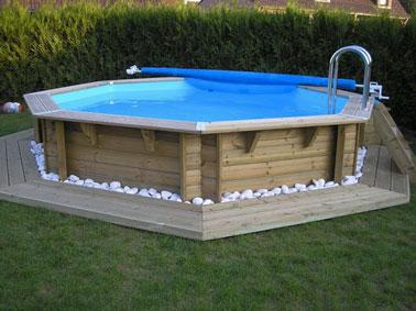 Dispuesto con una corona de madera y guijarros blancos, esta piscina sobre el suelo es ultra zen y relajante para pasar momentos tranquilos en el jardín.