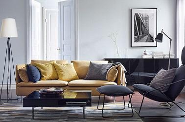 Para despertar la decoración de una sala de estar gris con un estilo de diseño, un sofá amarillo con patas de metal delgadas resulta ser un arreglo moderno y elegante.