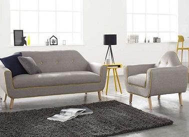 La tendencia vintage no está reñida en un salón de diseño.  Este sofá de tela gris es una prueba de ello porque adopta un estilo y una forma moderna y retro al mismo tiempo.