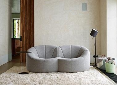 Como dos suaves capullos unidos entre sí, este sofá de tela gris juega la carta de la originalidad con su particular forma redondeada.  Eleva la decoración de diseño de la sala de estar.