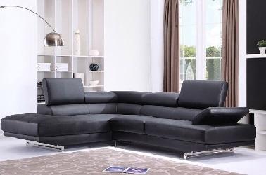 En una sala de estar de diseño pequeña o grande, un sofá esquinero de cuero o tela negra es ideal.  Con reposacabezas regulables, se adapta para proporcionar un confort óptimo.